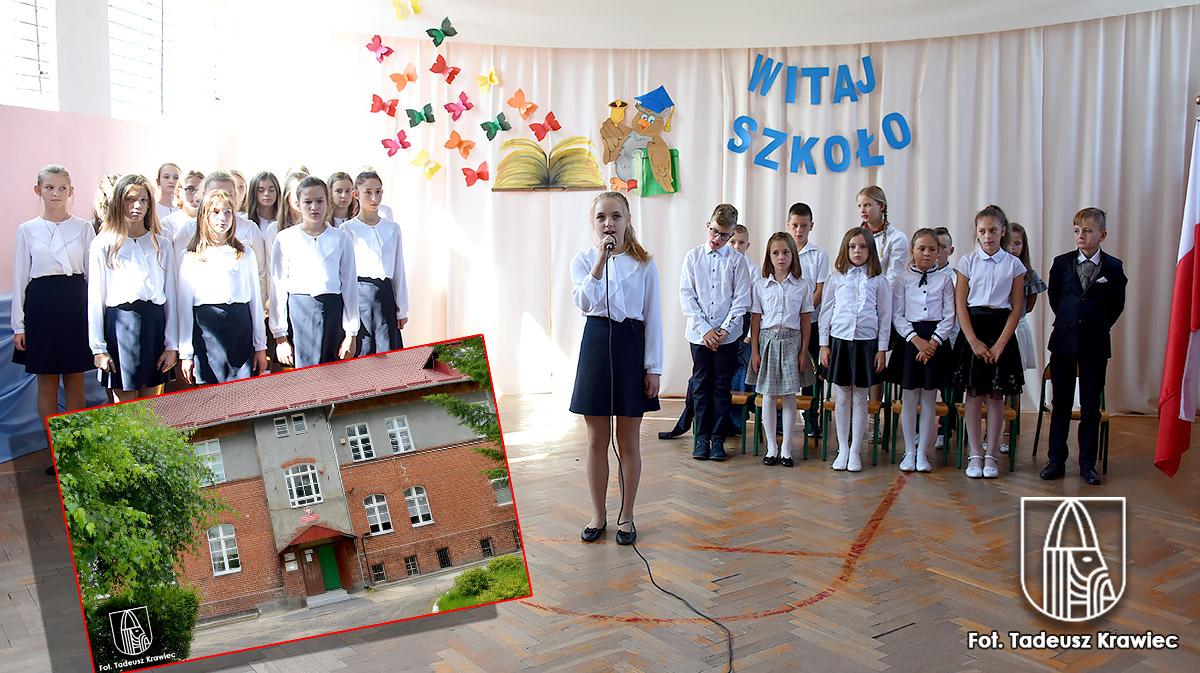 uczniowie podczas rozpoczęcia roku szkolnego