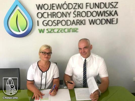 od lewej skarbnik Agata Bruzgo i wiceburmistrz Wojciech Sierakowski