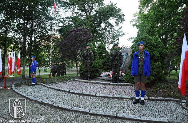 warta harcerzy i żołnierzy pod pomnikiem