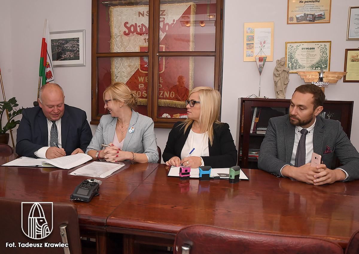 Od lewej: burmistrz Robert Adamczyk, członek zarządu województwa, skarbnik Agata Bruzgo i radny wojewódzki Łukasz Młynarczyk